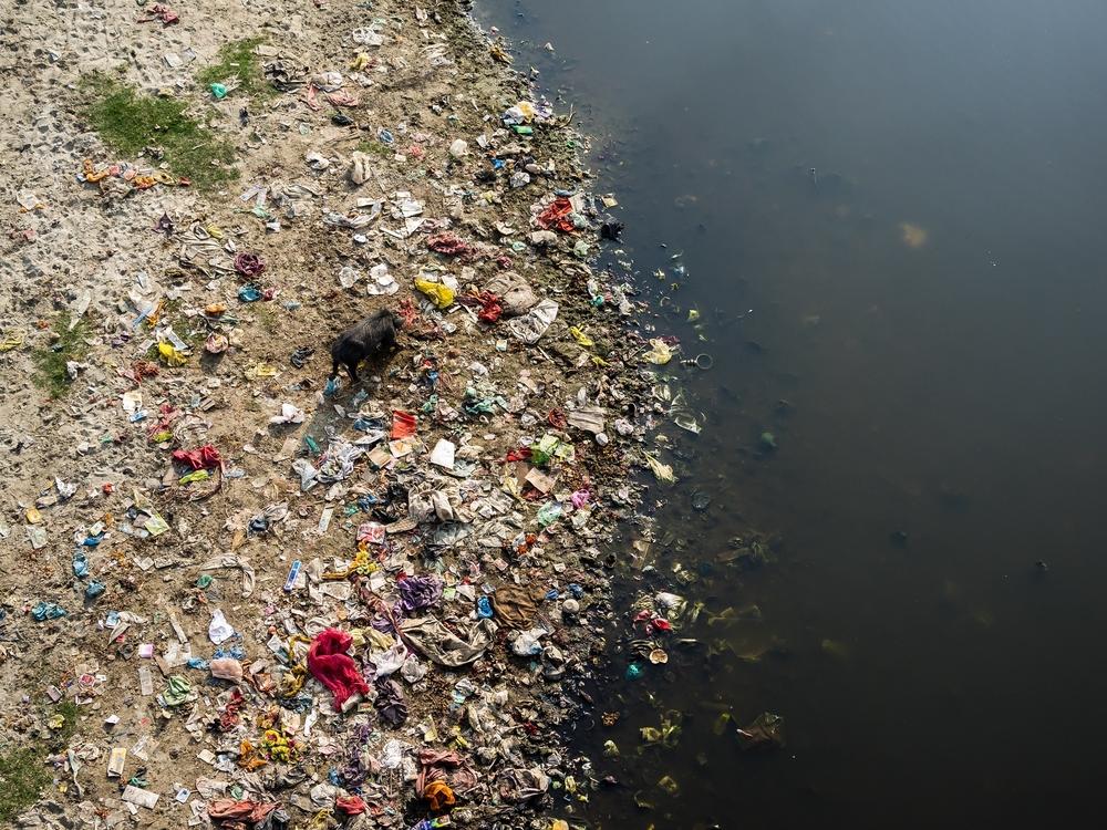 Avfall og kloakk fra husholdninger og industri tømmes rett i elva